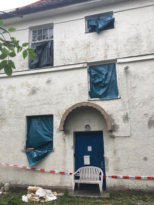 Abgedeckte Fenster am Atelierhaus