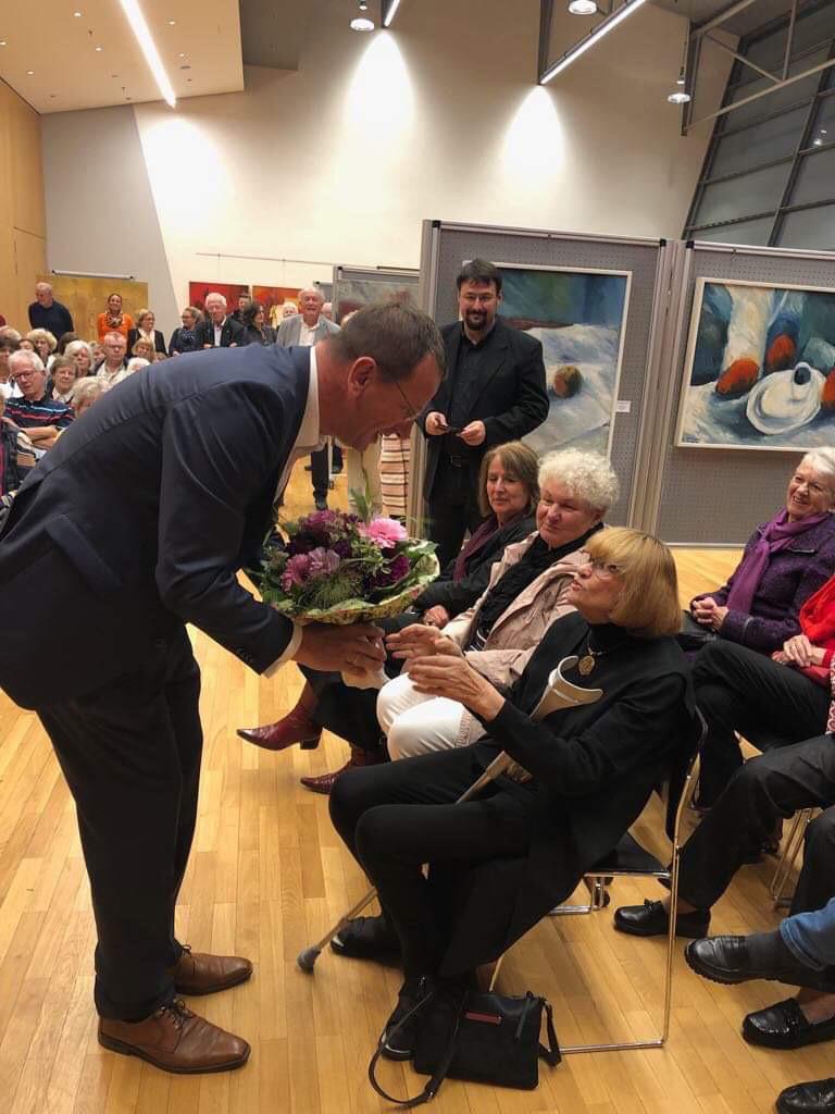 Oberbürgermeister Andreas Haas überreicht Constanze Wagner einen Blumenstrauß